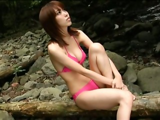 Beautiful Mizuho Hata almost shows her tits in the park